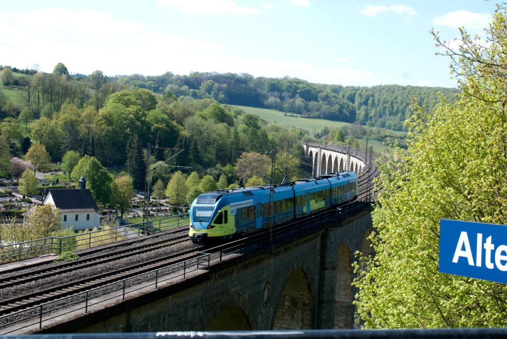 Blick vom Aussichtspunkt Viadukt Altenbeken mit Zug